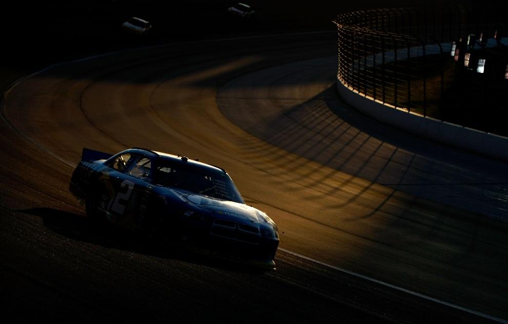26.USA, Fort Worth, 4 listopada 2012: Brad Keselowski za kierownicą bolidu zespołu Miller Lite Dodge podczas wyścigu serii  NASCAR. (Foto: Jonathan Ferrey/Getty   Images for NASCAR)