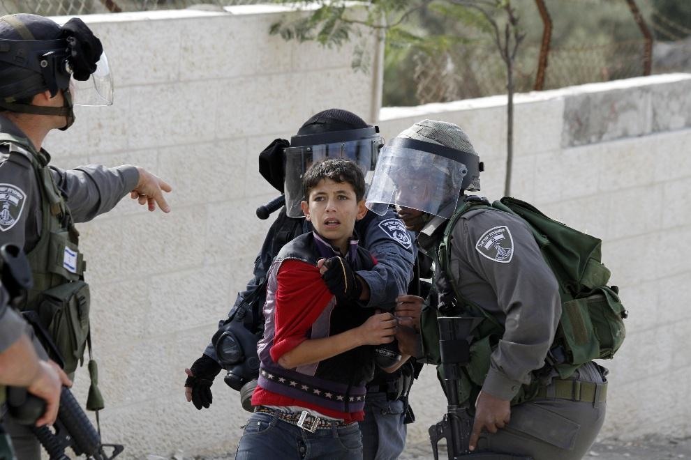 27.ZACHODNI BRZEG, obóz dla uchodźców Aida, 16 listopada 2012: Izraelscy aresztują chłopaka zatrzymanego w czasie zamieszek. AFP PHOTO/MUSA AL SHAER