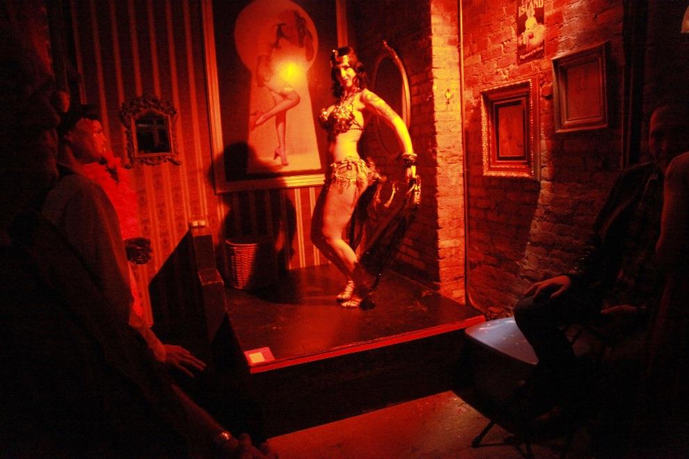 27.USA, Nowy Jork, 25 wrześna 2011: Występ tancerki w klubie Nurse Bettie. (Foto: Astrid Stawiarz/Getty Images for Tina Turnbow)
