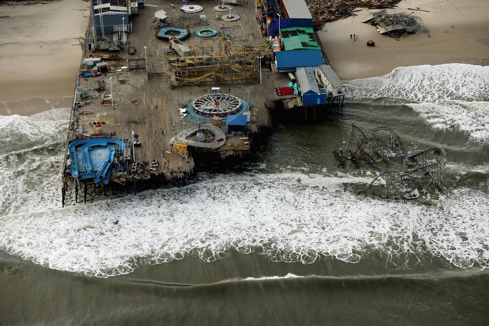 27.USA, Seaside Heights, 31 października 2012: Zniszczone molo, na którym znajdowało się wesołe miasteczko. (Foto: Mario Tama/Getty Images)