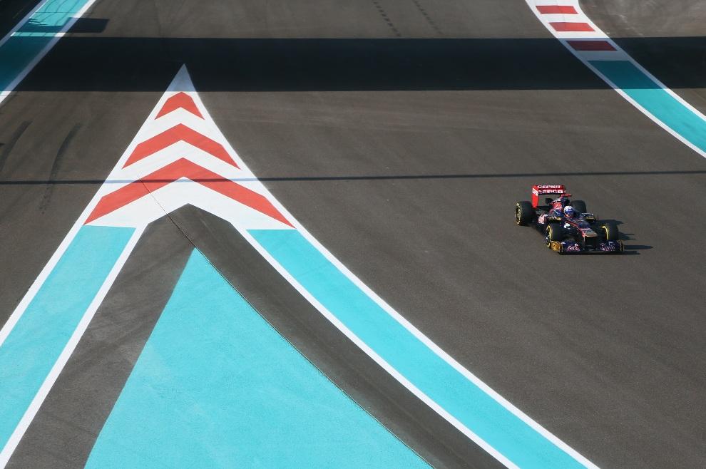 28.ZEA, Abu Zabi, 3 listopada 2012: Daniel Ricciardo (ScuderiaToro Rosso) podczas trzeciego treningu na torze w Abu Zabi. AFP PHOTO / MARWAN NAAMANI