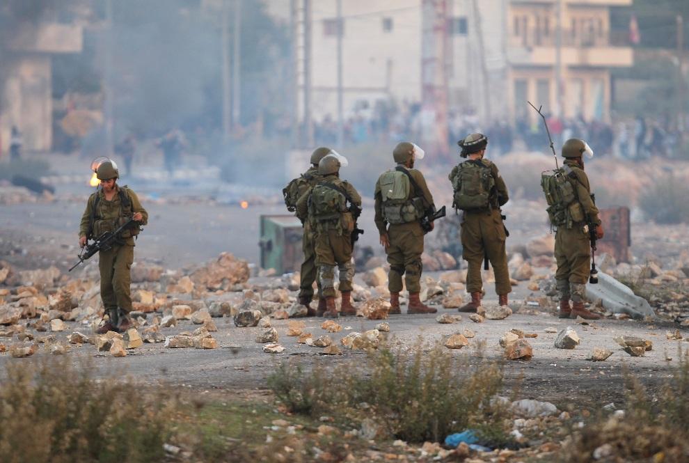 28.ZACHODNI BRZEG, 18 listopada 2012: Izraelski patrol w pobliżu miejsca walk między wojskiem i studentami z uniwersytetu w Birzeit. AFP PHOTO/ABBAS MOMANI