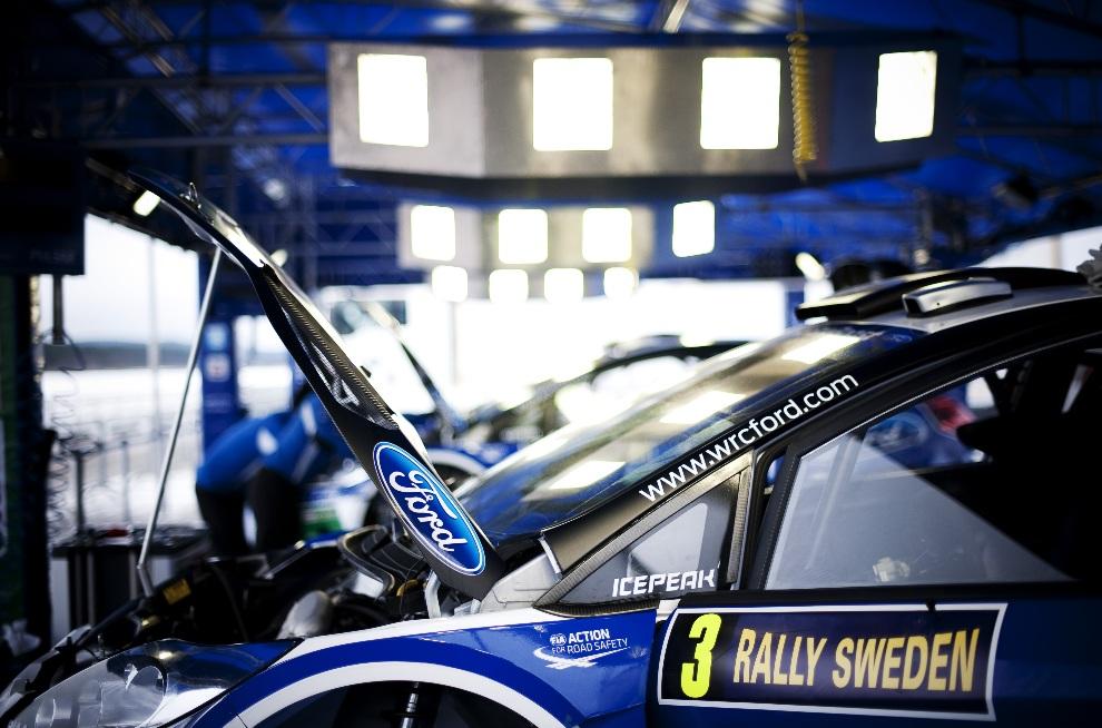 28.SZWECJA, Hagfors, 8 lutego 2012:  Ford Fiesta RS WRC załogi Jari-Matti Latvala i Miikka Anttila, w strefie serwisowej. AFP PHOTO/JONATHAN NACKSTRAND