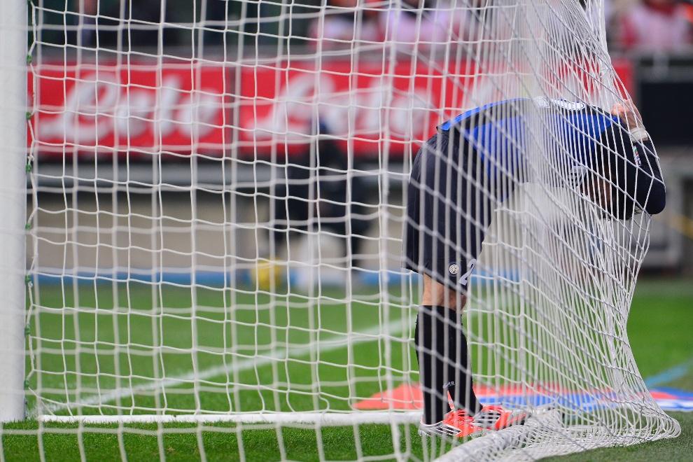 28.WŁOCHY, Mediolan, 18 listopada 2012:  Reakcja Diego Alberto Milito po niecelnym strzale na bramkę Cagliari. AFP PHOTO / GIUSEPPE CACACE