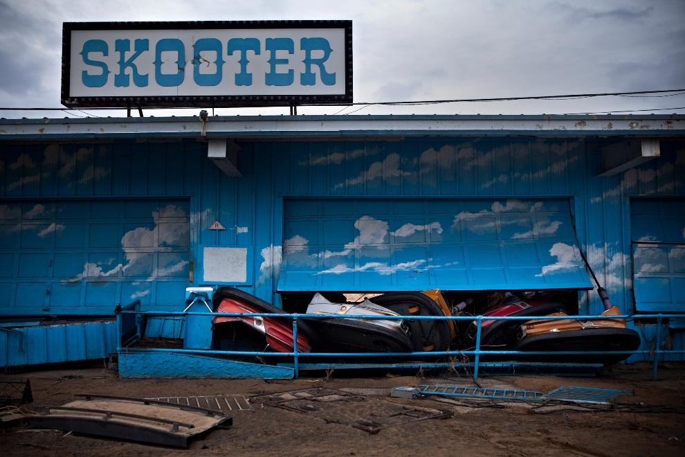 28.USA, Keansburg, 1 listopada 2012: Uszkodzone samochody elektryczne w parku rozrywki w Keansburgu. (Foto: Andrew Burton/Getty Images)