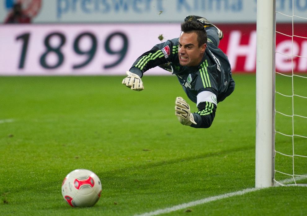 29.NIEMCY, Sinsheim, 18 listopada 2012: Bramkarz Diego Benaglio odprowadza wzrokiem piłkę. AFP PHOTO/ UWE ANSPACH