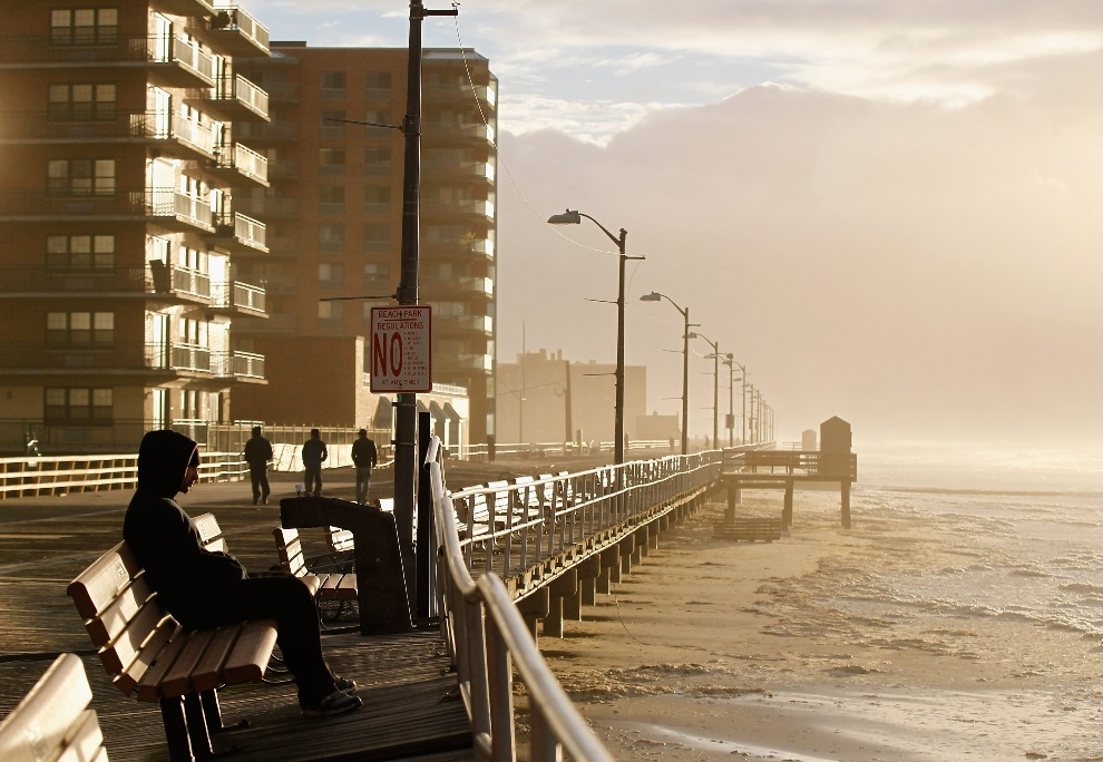 29.USA, Long Beach, 30 października 2012: Ocean wdzerający się w głąb lądu w Long Beach. (Foto: Mike Stobe/Getty Images)