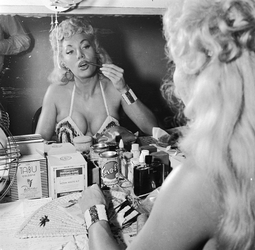"""29.Około roku 1955: Lilly Christine nakłada makijaż przed swoim popisowym występem inspirowanym voodoo, pt. """"Cat Dance"""". (Foto: Three Lions/Getty Images)"""