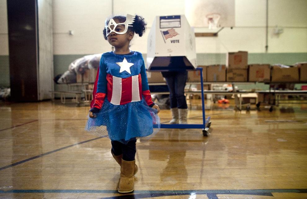 2.USA, Nowy Jork, 6 listopada 2012: Raena Lamont (3 lata) w stroju Kapitana Ameryki w punkcie głosowania na Staten Island. Allison Joyce/Getty Images/AFP