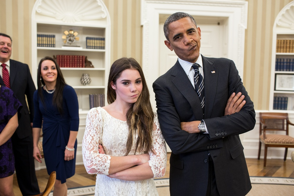2.	USA, Waszyngton, 15 listopada 2012: Barack Obama pozuje do zdjęcia z gimnastyczką  McKayla Maroney's. AFP PHOTO/White House Photo/Pete Souza