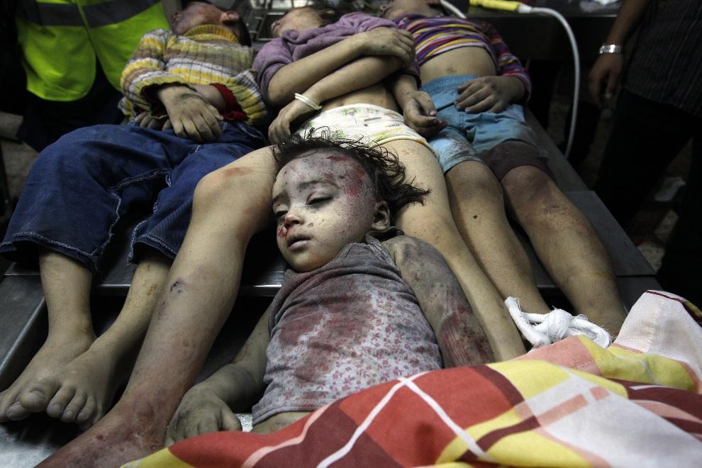 31.STREFA GAZY, 18 listopada 2012: Ciała czworga dzieci zabitych w trakcie izraelskiego nalotu. AFP PHOTO/MOHAMMED ABED