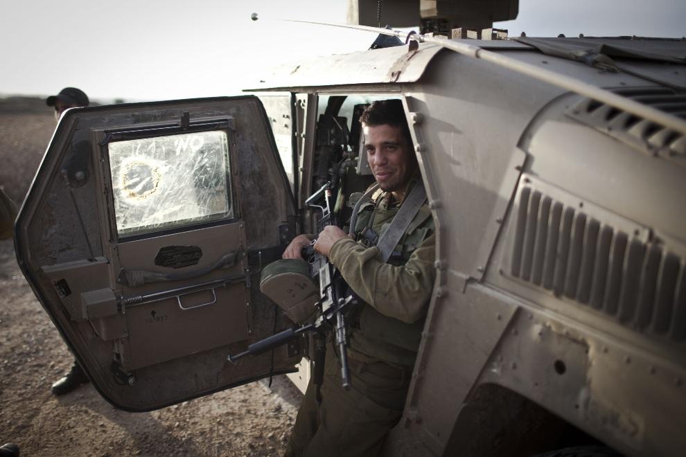 33.IZRAEL, 16 listopada 2012: Izraelski żołnierz na posterunku granicznym. (Foto: Ilia Yefimovich/Getty Images)