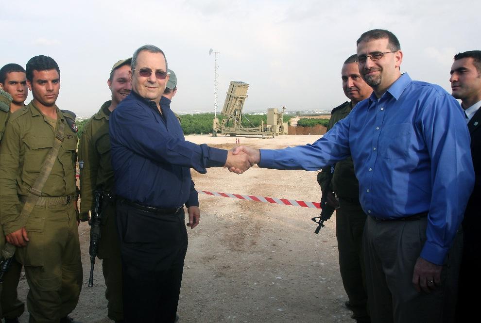 34.IZRAEL, Tel Awiw, 18 listopada 2012: Izraelski minister obrony Ehud Barak (po lewej) w trakcie spotkania z amerykańskim ambasadorem  Danem Shapiro. AFP   PHOTO/RONI SCHUTZER