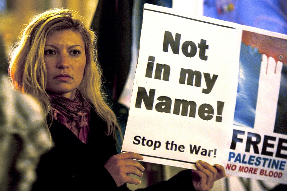35.WŁOCHY, Rzym, 16 listopada 2012: Kobieta uczestnicząca w propalestyńskiej demonstracji. AFP PHOTO/ Filippo MONTEFORTE