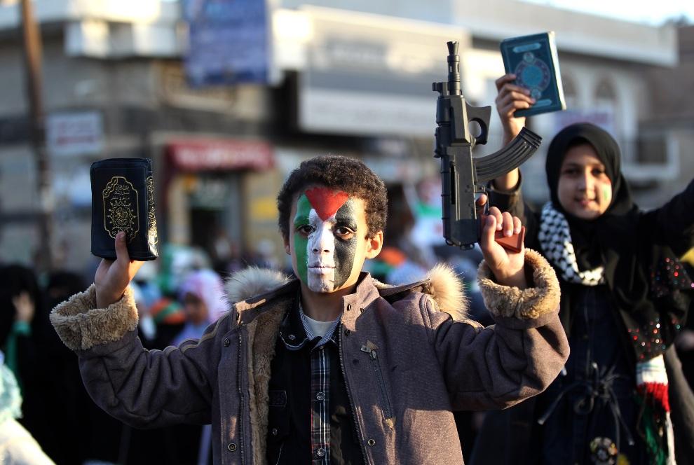 36.JEMEN, Sanaa, 18 listopada 2012: Jemeńczycy protestujący przeciw izraelskim nalotom na Strefę Gazy. AFP PHOTO/ MOHAMMED HUWAIS