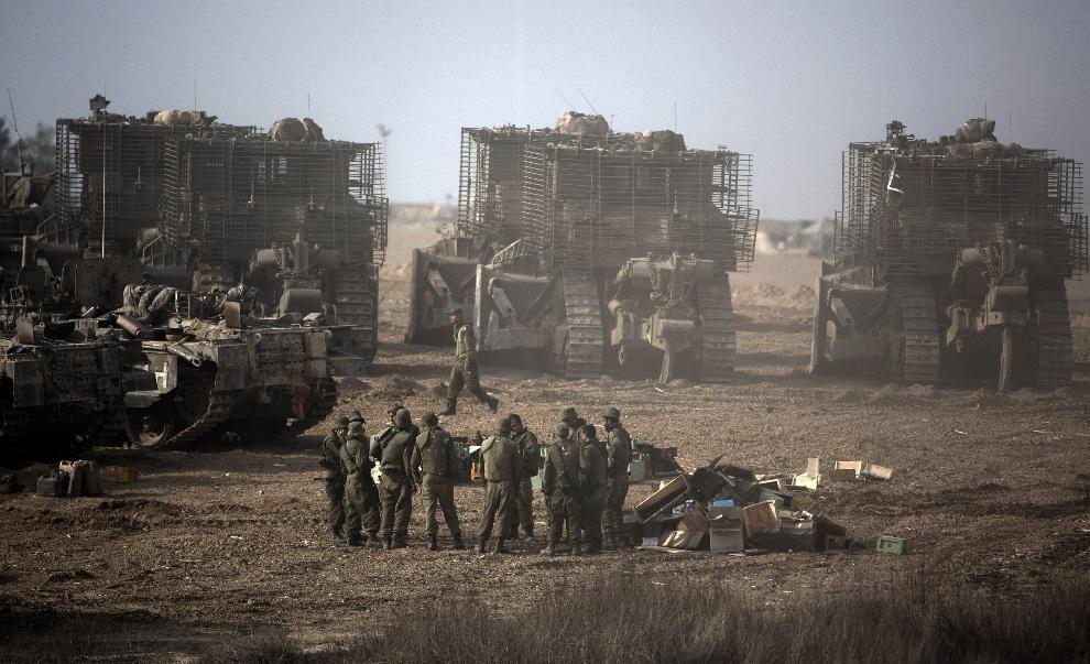 37.IZRAEL, 17 listopada 2012: Izraelskie wojska zgrupowane na granicy ze Strefą Gazy. AFP PHOTO/MENAHEM KAHANA
