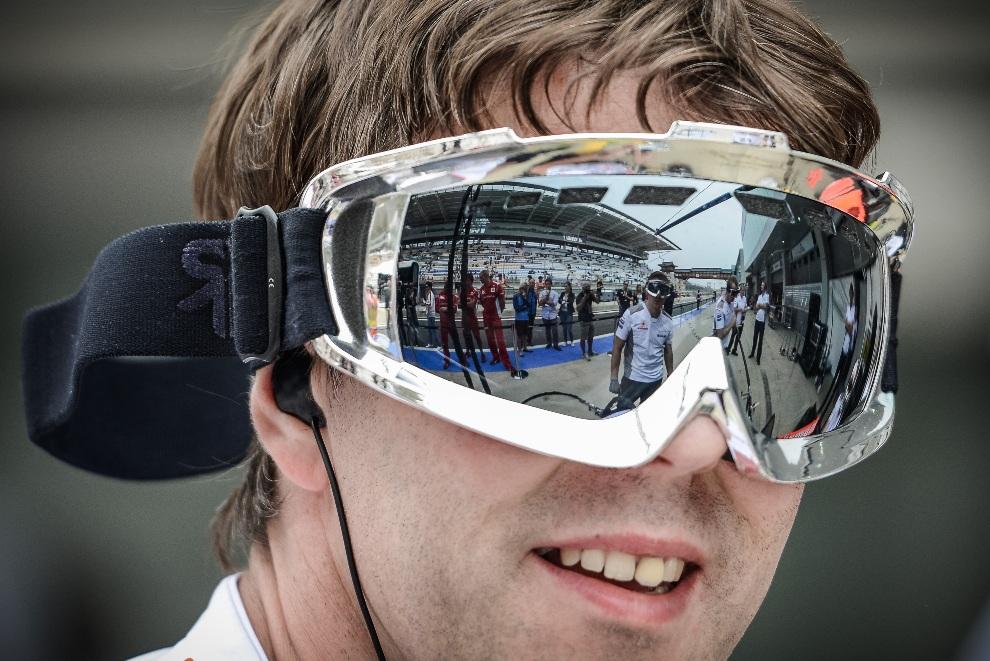 6.KOREA POŁUDNIOWA, Yeongam, 14  października 2012: Część zespołu McLaren-Mercedes odbija się w goglach mechanika. AFP PHOTO / Philippe Lopez