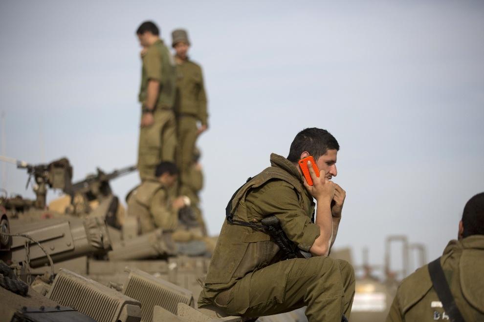 39.ISRAEL, 16 listopada 2012: Izraelski żołnierz rozmawia przez telefon komórkowy. AFP PHOTO/MENAHEM KAHANA