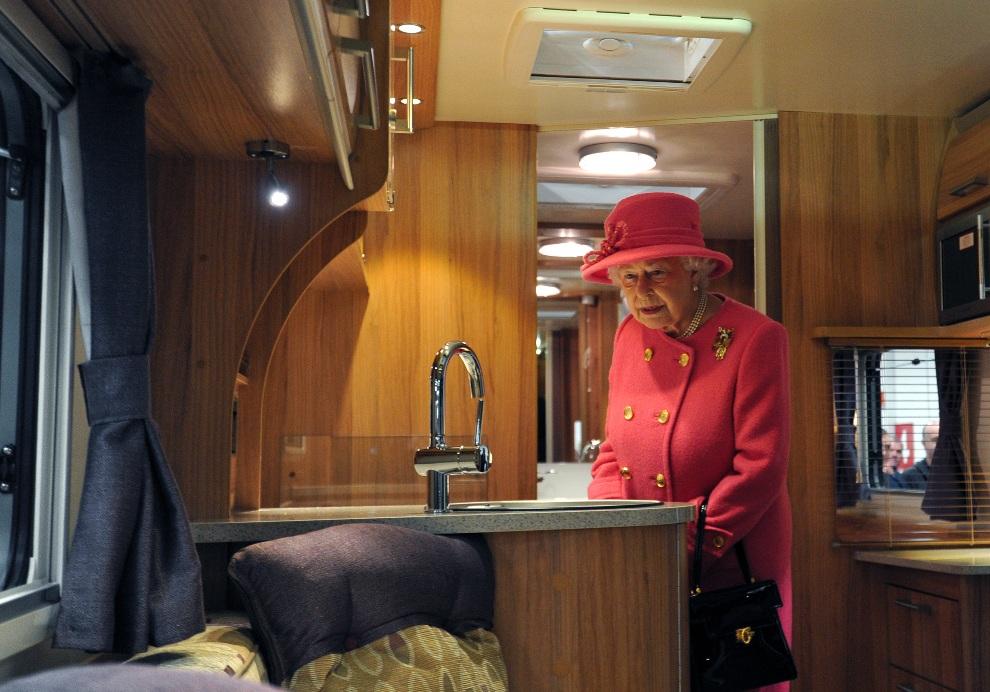 3.WIELKA BRYTANIA, Londyn, 22 listopada 2012: Elżbieta II ogląda wnętrze przyczepy campingowej w fabryce Bailey. AFP PHOTO / POOL/ CARL COURT