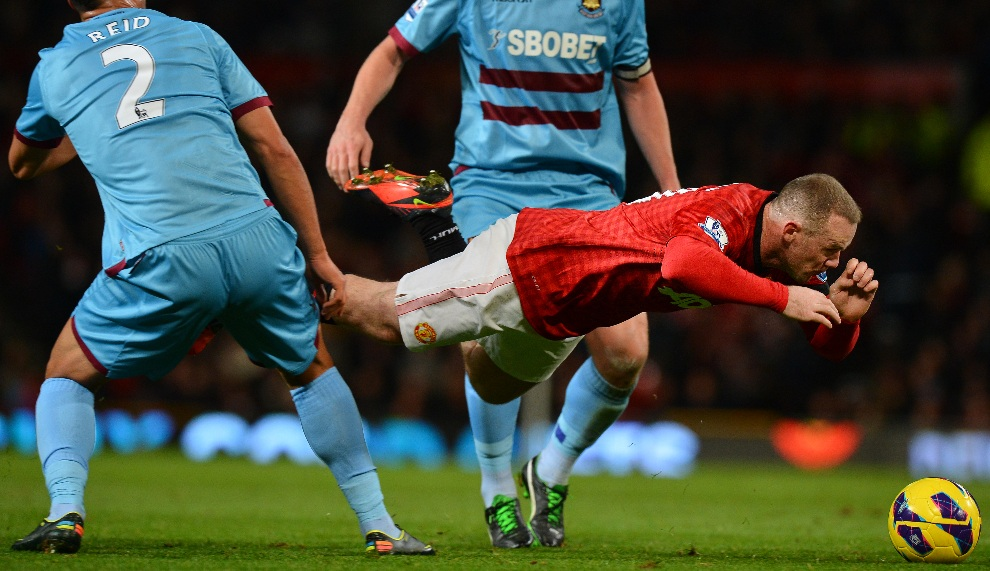 3.WIELKA BRYTANIA, Manchester, 28 listopada 2012: Upadek Wayne'a Rooney'a podczas meczu z  West Ham United. AFP PHOTO/BEN STANSALL