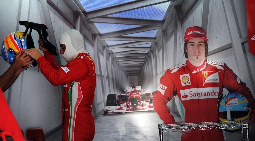 3.MALEZJA, Sepang, 23 marca 2012: Kierowca Ferrari, Fernando Alonso, przygotowuje się do sesji treningowej. AFP PHOTO/ Prakash SINGH