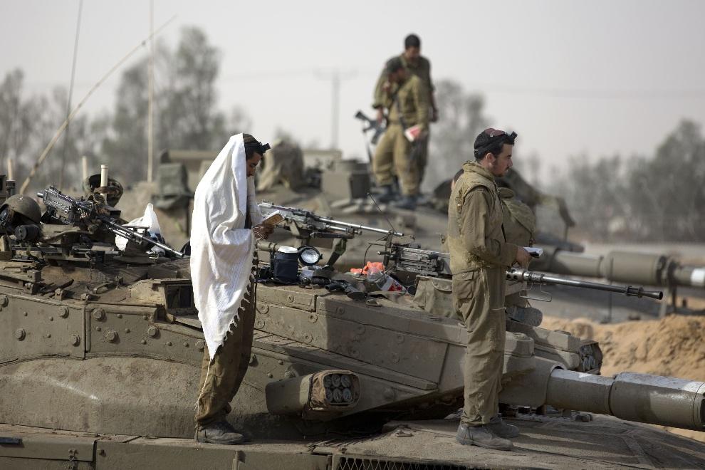 40.IZRAEL, , 16 listopada 2012: Izraelscy żołnierze podczas modlitwy. AFP PHOTO/MENAHEM KAHANA