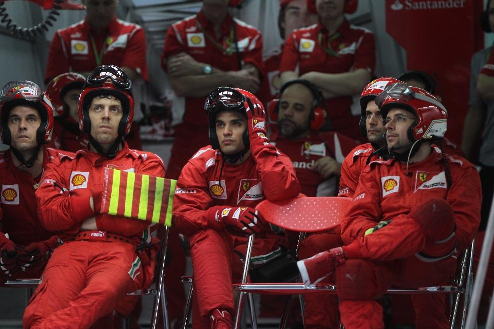9.MALEZJA, Sepang, 25 marca 2012: Ekipa mechaników Ferrari obserwuje przebieg wyścigu o Grand Prix Malezji. AFP PHOTO / POOL / DITA ALANGKARA