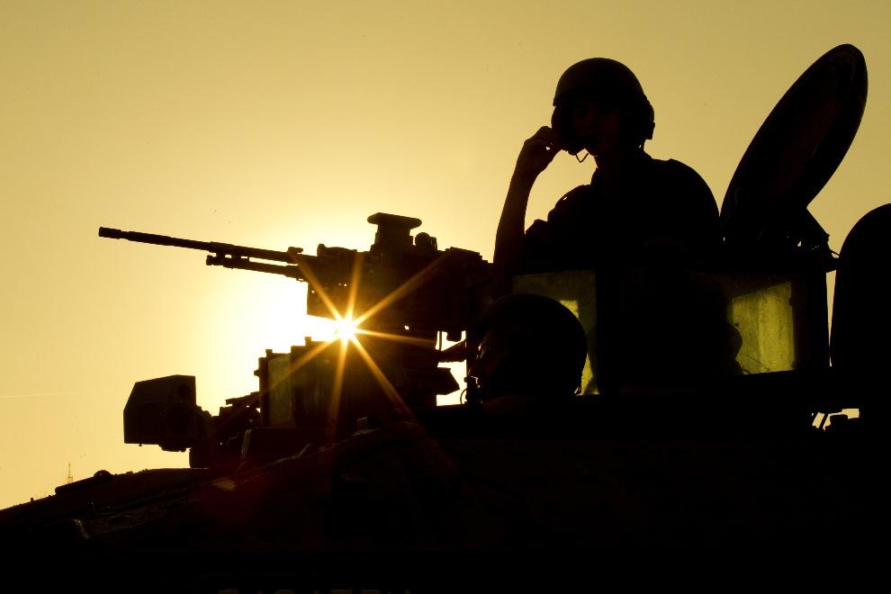 41.ISRAEL, 15 listopada 2012: Izraelski żołnierz na wieży opancerzonego pojazdu transportowego. AFP PHOTO / JACK GUEZ