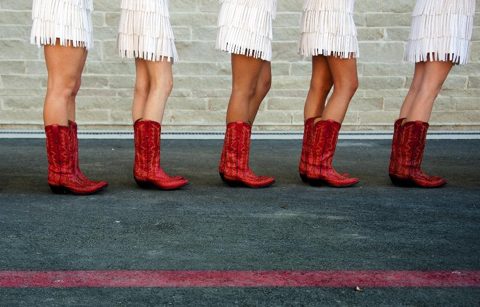 10.USA, Austin, 17 listopada 2012: Hostessy w czerwonych, kowbojskich butach.  AFP PHOTO/Jim WATSON