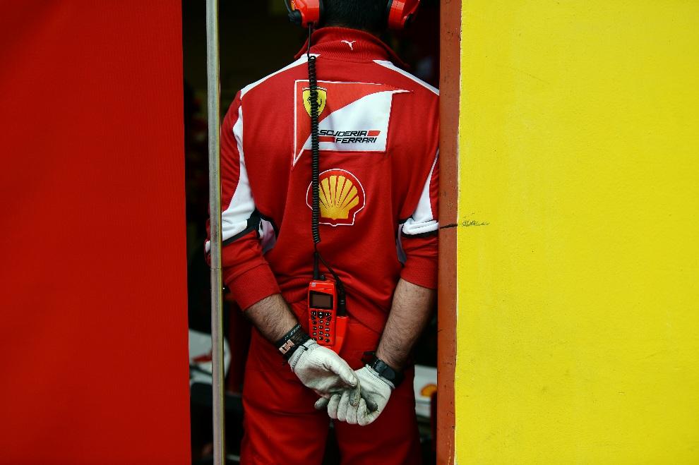 11.WŁOCHY, Mugello, 1 maja 2012: Członek ekipy Ferrari w alei serwisowej przed rozpoczęciem testów. AFP\ VINCENZO PINTO