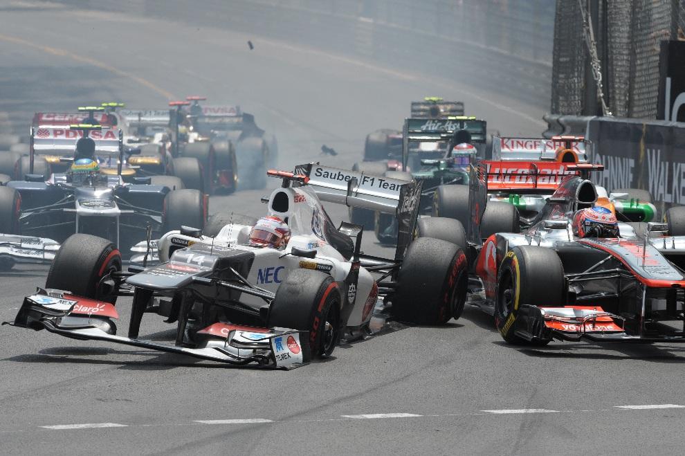 """15.MONAKO, 27 maja 2012: Kamui Kobayashi rozbija samochód po tym jak jego bolid """"wylądował"""" na torze. AFP PHOTO / TOM GANDOLFINI"""