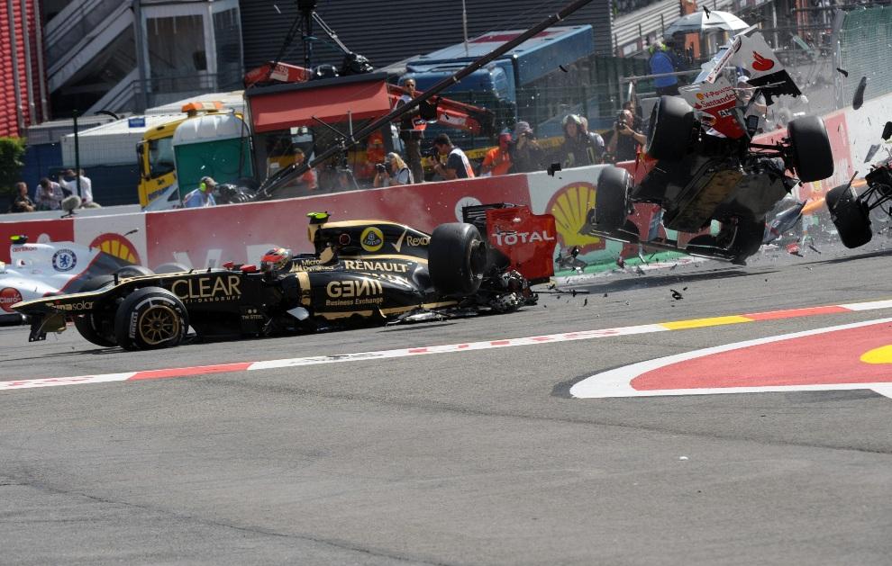 16.BELGIA, Spa, 2 września 2012: Wypadek na torze w Spa, któremu ulegli Romain Grosjean (Lotus), Fernando Alonso (Ferrari) oraz Lewis Hamilton (McLaren Mercedes). AFP PHOTO / TOM GANDOLFINI