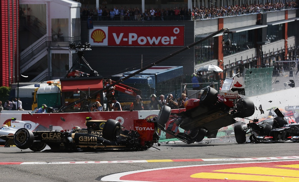 17.	BELGIA, Spa, 2 września 2012: Wypadek na torze w Spa, któremu ulegli Romain Grosjean (Lotus), Fernando Alonso (Ferrari) oraz Lewis Hamilton (McLaren Mercedes).   (Foto: Mark Thompson/Getty Images)
