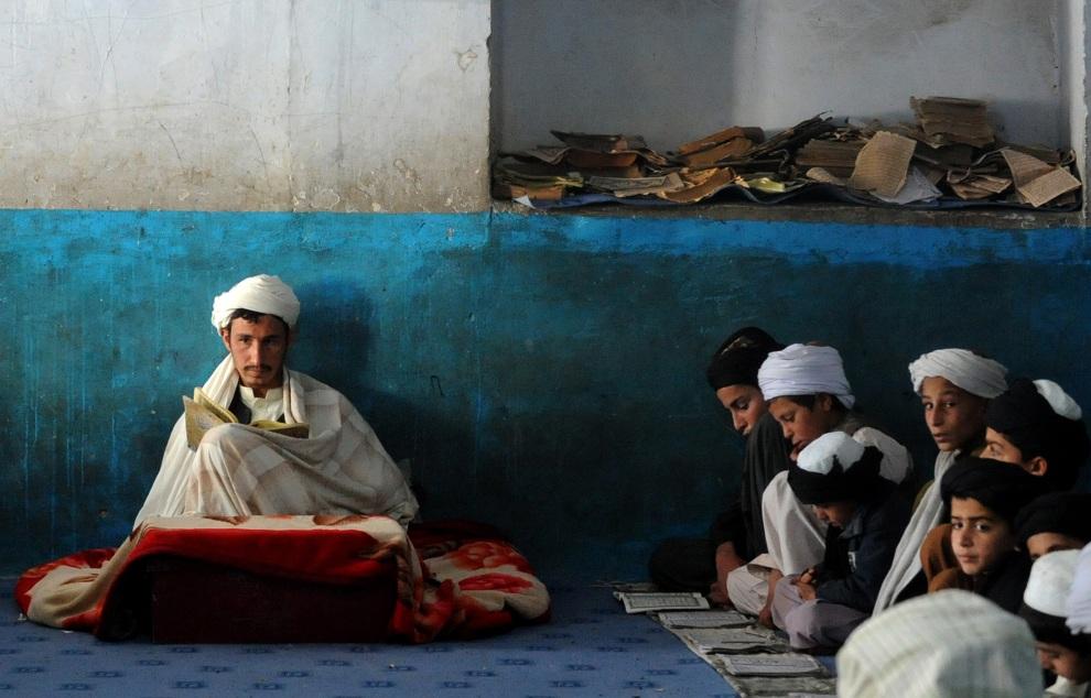 4.AFGANISTAN, Kandahar, 18 listopada 2012: Afgańskie dzieci czytają i starają się zapamiętać fragment z Koranu. AFP PHOTO/ Jangir