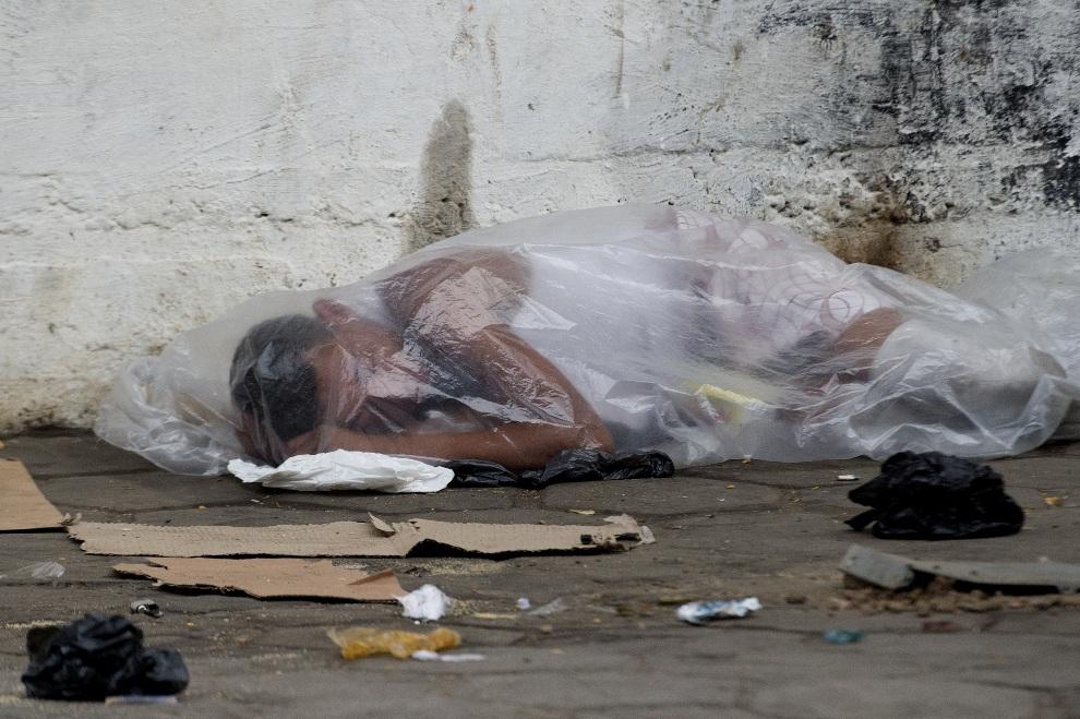 4.BRAZULIA, Rio de Janeiro, 26 października 2012: Narkoman z wysiedlonej faweli śpi na ulicy. AFP PHOTO/Christophe Simon