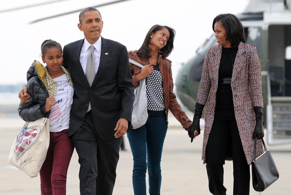 4.USA, Chicago, 7 listopada 2012: Barack Obama z rodziną wchodzą na pokład Air Force One lecący do Waszyngtonu. AFP PHOTO/Jewel Samad