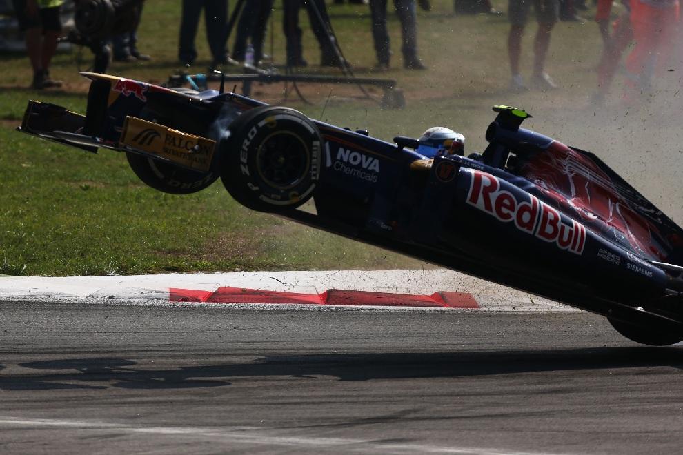 18.WŁOCHY, Monza, 9 września 2012: Jean-Eric Vergne (Scuderia Toro Rosso) traci panowanie nad prowadzonym bolidem. (Foto: Andrew Hone/Getty Images)