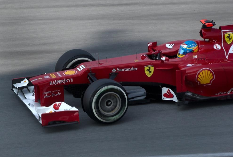 22.ZEA, Abu Zabi, 4 listopada 2012: Fernando Alonso za kierownicą bolidu zespołu Ferrari. AFP PHOTO / Saeed KHAN