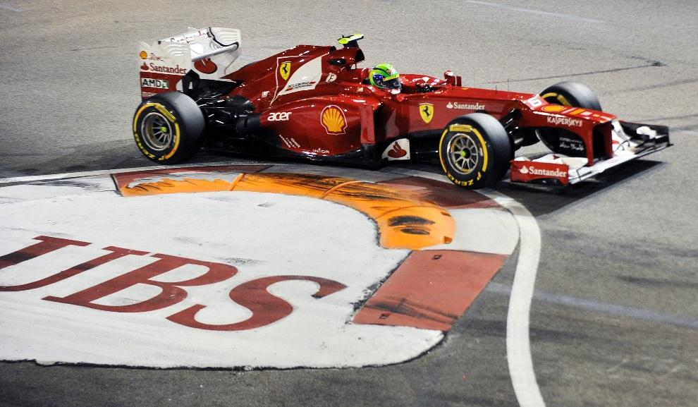 23.SINGAPUR, 23 września 2012: Felipe Massa w zakręcie toru podczas wyścigu w Singapurze. AFP PHOTO / ROSLAN RAHMAN