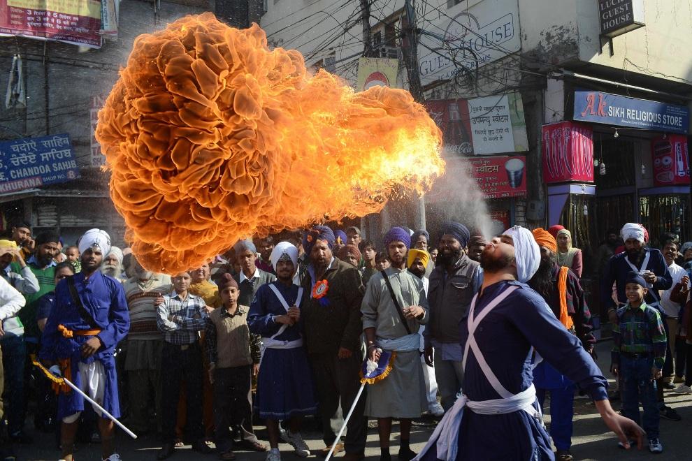 5.INDIE, Amritsar, 27 listopada 2012: Sikh prezentuje swoje umiejętności podczas pokazu sztuki zwanej gatka. AFP PHOTO/NARINDER NANU