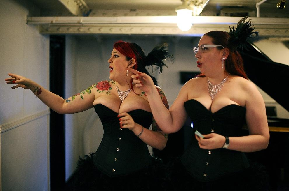 5.WIELKA BRYTANIA, Londyn, 26 kwietnia 2011: Bileterki pracujące podczas London Burlesque Festival. AFP PHOTO/ CARL DE SOUZA