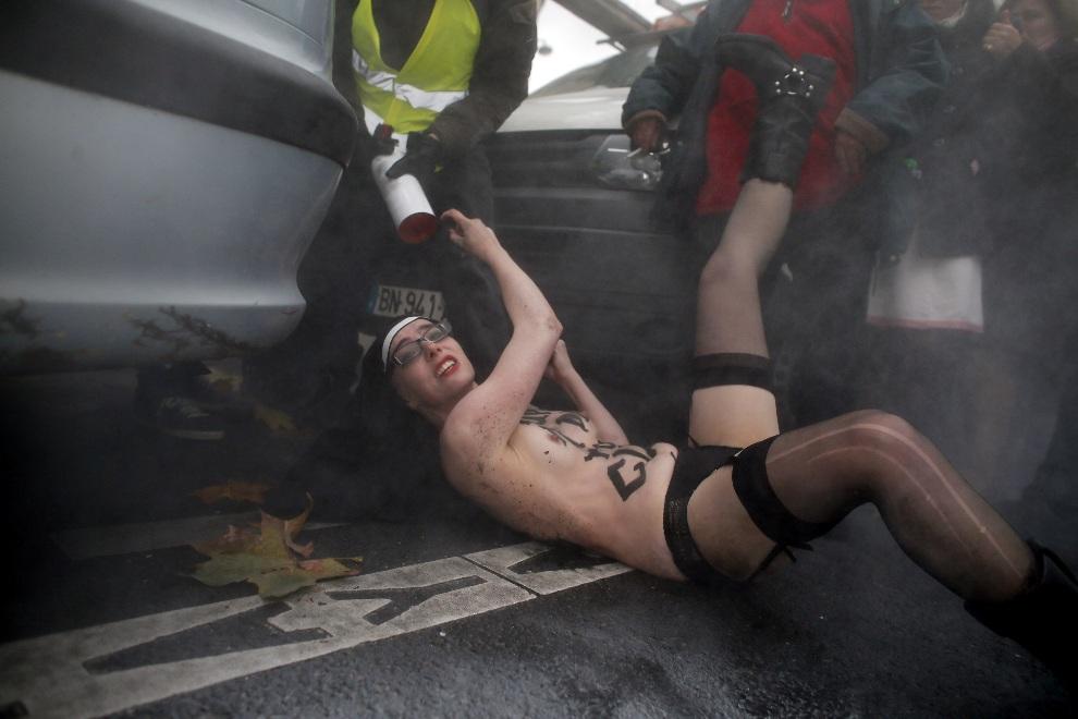 """5.FRANCJA, Paryż, 18 listopada 2012: Aktywistka z """"Femenu"""" usuwana z demonstracji przeciw małżeństowm tej samej płci, zorganizowanej przez katolickich aktywistów. AFP PHOTO KENZO TRIBOUILLARD"""