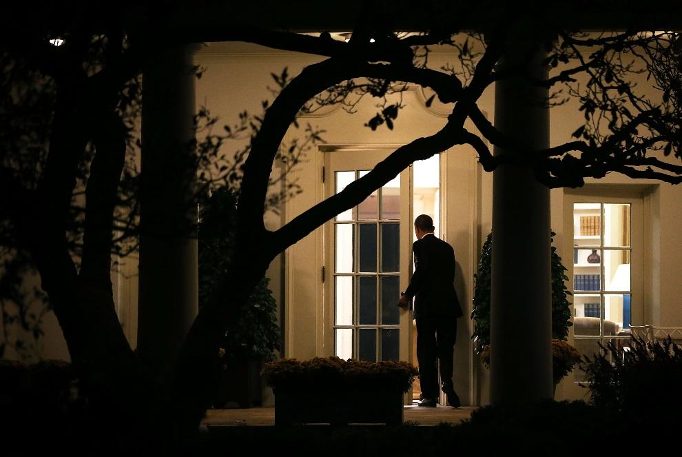 5.USA, Waszyngton, 2 listopada 2012: Barack Obama wchodzi do Gabinetu Owalnego po powrocie z Wisconsin. (Foto: Alex Wong/Getty Images)