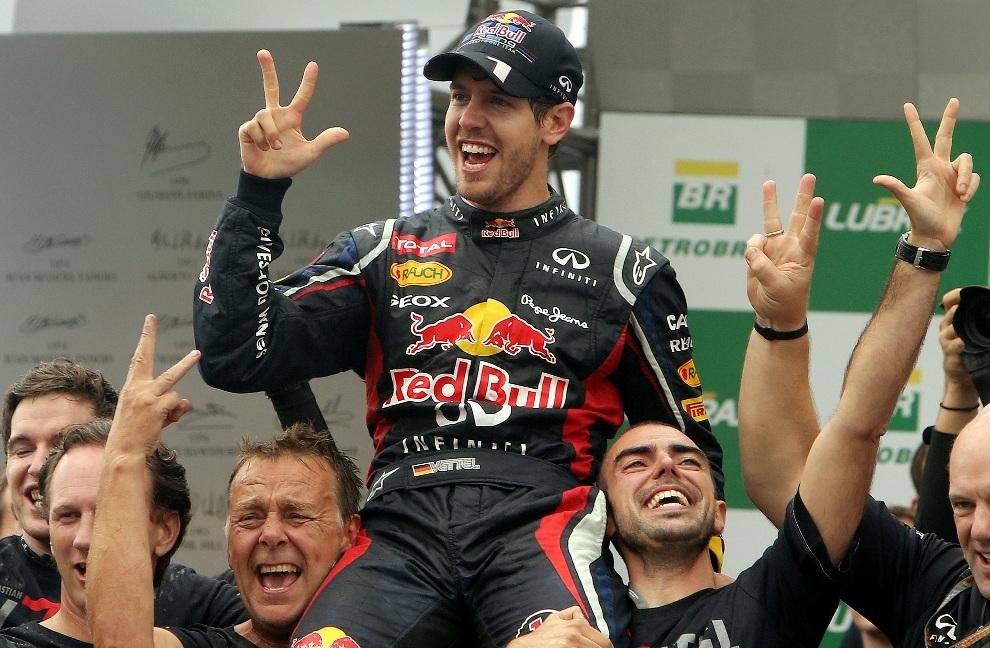 28.BRAZYLIA, Sao Paulo, 25 listopada 2012: Sebastian Vettel cieszy się z wygranego trzeciego sezonu F1. AFP PHOTO/ORLANDO KISSNER