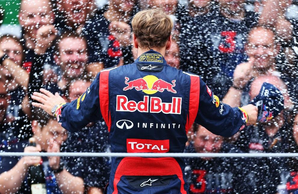 29.BRAZYLIA, Sao Paulo, 25 listopada 2012: Sebastian Vettel na podium w Sao Paulo. (Foto: Paul Gilham/Getty Images)