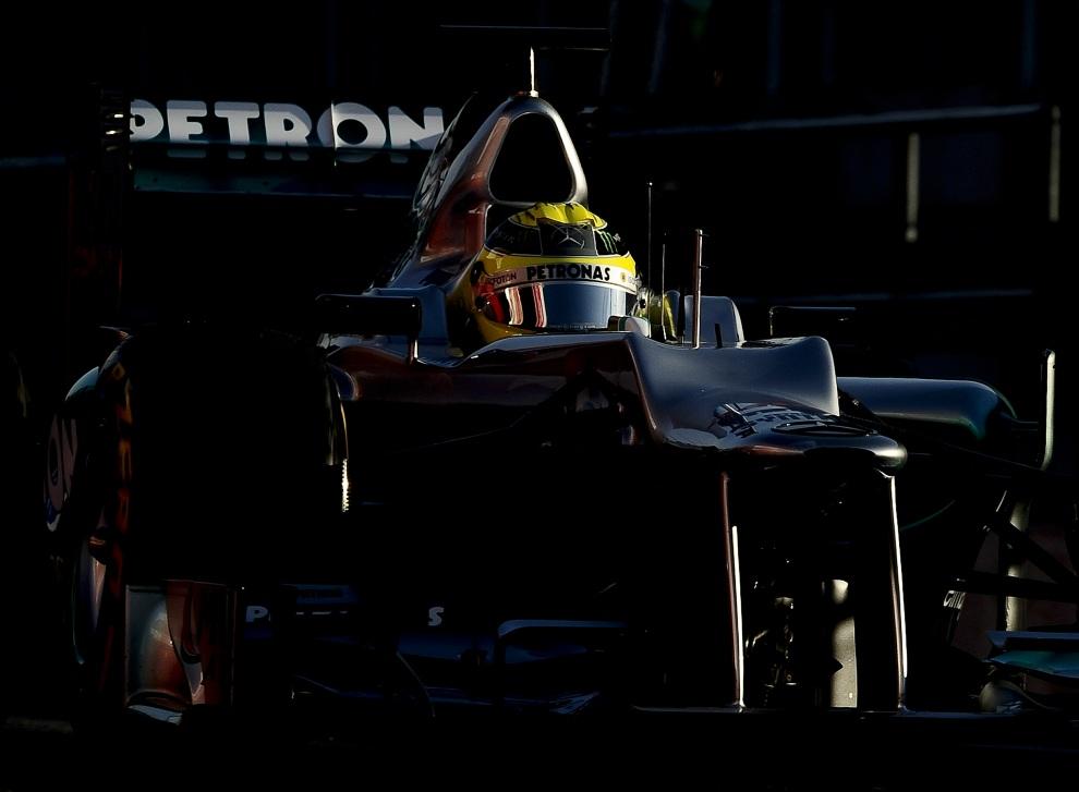 30.HISZPANIA, Montmeló, 24 lutego 2012: Bolid zespołu Mercedes Petronas prowadzony prze Nico Rosberga. AFP PHOTO/JOSEP LAGO