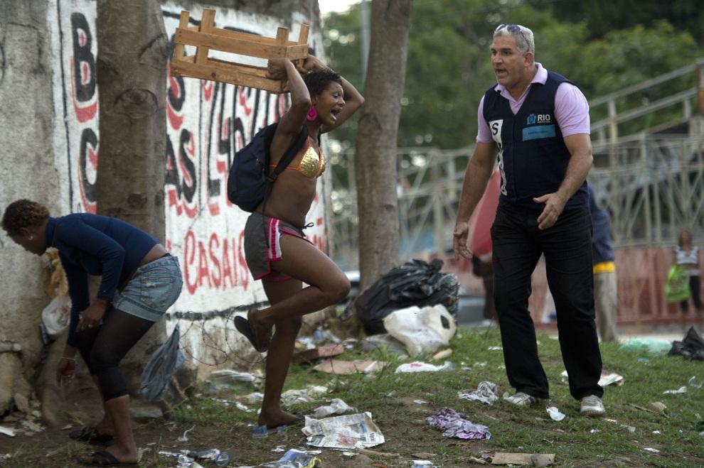 6.BRAZYLIA, Rio de Janeiro, 22 listopada 2012: Bezdomni i narkomani usuwani z ulicy w Rio de Janeiro. AFP PHOTO/Christophe Simon