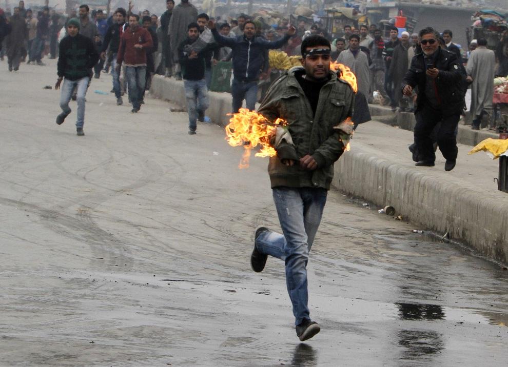 6.INDIE, Srinagar, 23 listopada 2012: Mężczyzna, który przypadkowo podpalił się w czasie starcia z policją. AFP PHOTO/STR