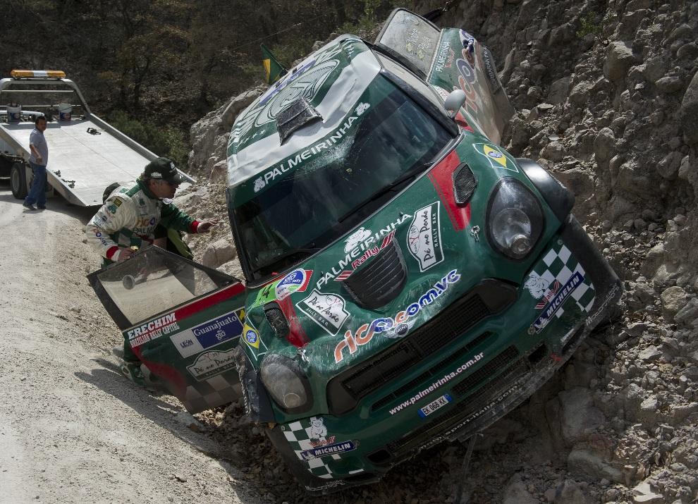 7.MEKSYK, Léon, 9 marca 2012: Brazylijczyk Paulo Nobre przygląda się rozbitemu Mini JCW WRC. AFP PHOTO/Ronaldo Schemidt