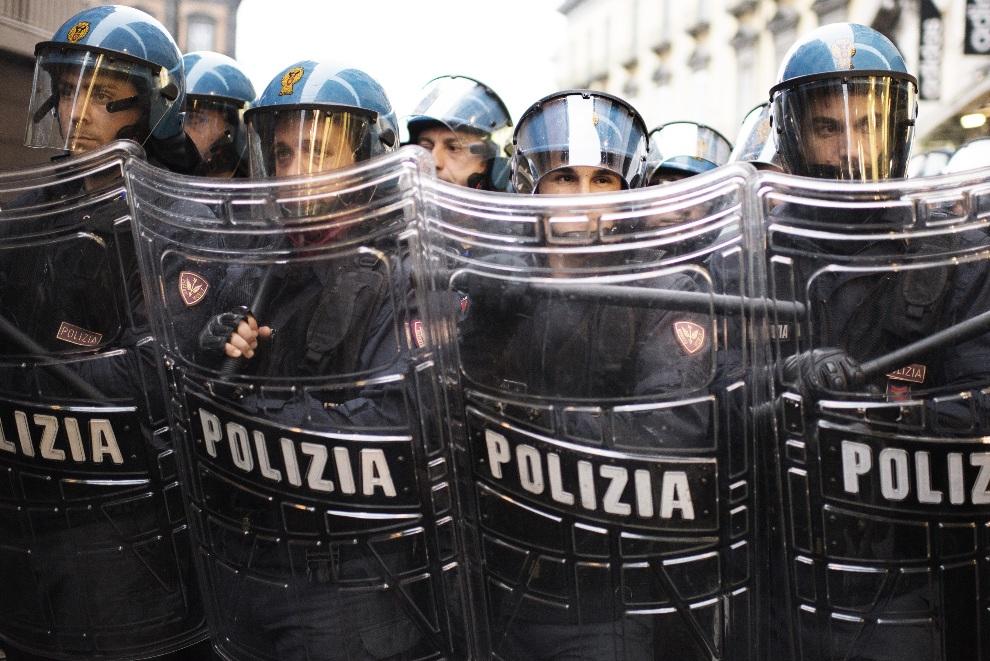 7.WŁOCHY, Neapol, 19 listopada 2012: Oddział policji zabezpieczający demonstrację zorganizowaną podczas spotkania Giorgio z przedstawicielami Niemic i Polski.   AFP PHOTO / ROBERTO SALOMONE